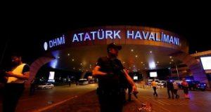 ضابط بشرطة مكافحة الشغب يحرس مدخل مطار أتاتورك الدولي في إسطنبول بتركيا في ساعة مبكرة يوم الأربعاء الذي تعرض لتفجيرات انتحارية في اليوم السابق.